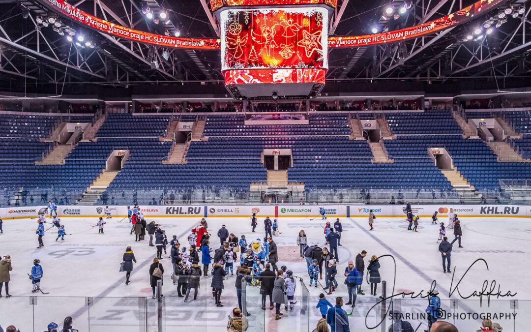 Mikuláš s HC Slovan Bratislava na ľade zimného štadióna s deťmi