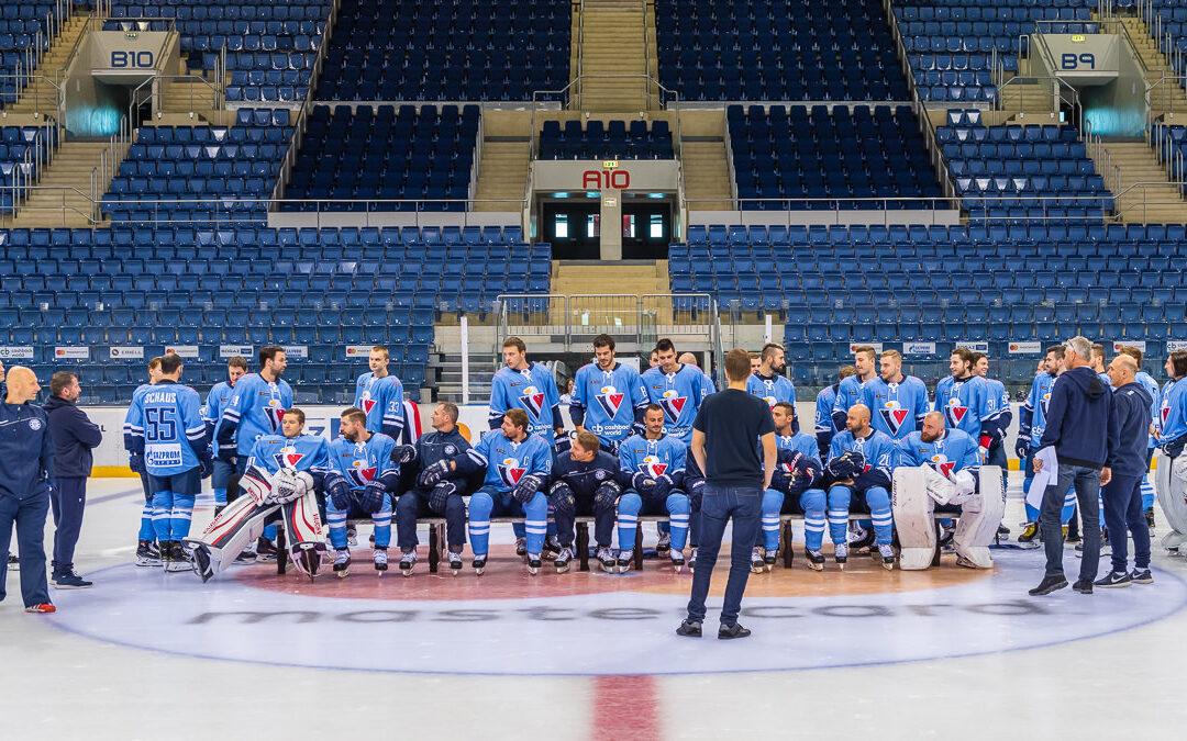 Spoločná fotografia hráčov a realizačného KHL tímu HC Slovan Bratislava